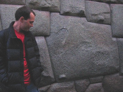 A técnica apurada de construção em pedras escancarada na pedra de 12 ângulos.