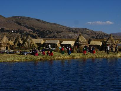 Ilhas flotantes - o solo da ilha como uma imensa balsa construida de totora